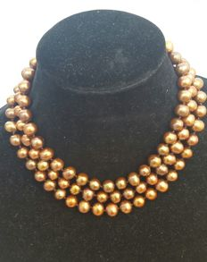 Long necklace composed of large freshwater cultured coffee colour pearls - Length: 126 cm.