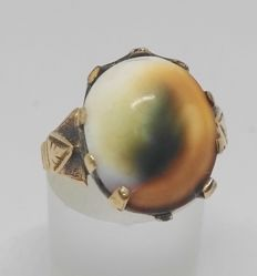Cocktail ring in 9 kt yellow gold with shell in shades of orange