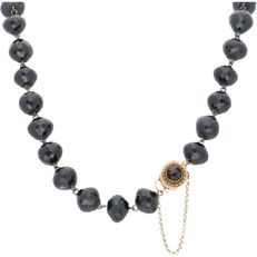 Necklace made of glass garnet, consisting of 29 beads set with 14 kt gold clasp - Length 42 cm.