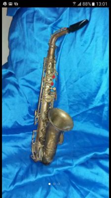 OLD SAXOPHONE FOR DECORATION (IT DOESN'T WORK)