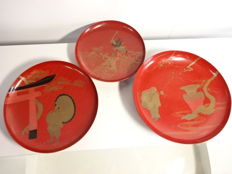 Three large antique lacquer round plates with maki-e designs of Japanese legends and folklore - Japan - Mid 20th century