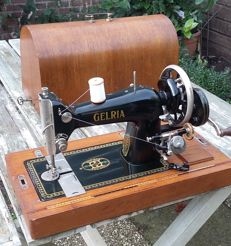 Gelria hand sewing machine in Art Deco style with wooden lid, Netherlands, ca. 1940