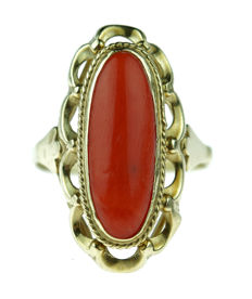 14 kt gold ring with a large precious coral, beautifully made, ring size 17.5