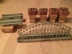 Märklin H0 - 7064/7065/7163/7168 - Set of metal bridge parts with plastic pillars