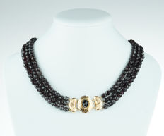 3-strand garnet necklace with elegant 14 kt gold clasp – regional item of jewellery