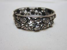 Antique silver bracelet with flower pattern