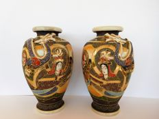 A pair of Satsuma vases with dragon relief  and moriage (raised decoration) - marked 'Senzan'  -Japan - ca. 1920-30s