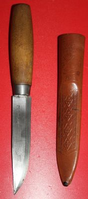 Early Mora knife, maker: Carl Anderson, period around 1942-1944 Sweden, in good condition, with stamped leather sheath.