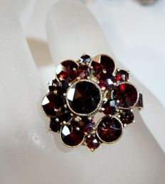 Large round garnet ring with Bohemian antique star cut garnets in 333 / 8 kt gold with tombac