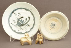 Collection of 2 grave (tomb) statues and 2 plates 4 cm; 4.5 cm; 11.5 cm; 14.7 cm (4)