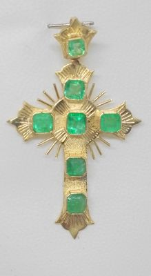 Cross pendant in 18 kt yellow gold, with emerald of 2 ct.