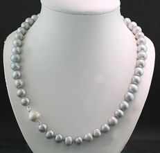 Attractive silver-grey cultivated pearl necklace,
