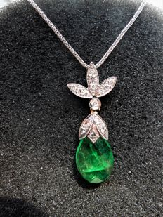 Necklace in 18 kt gold, with 4.30 ct emerald, and 0.27 ct of diamonds