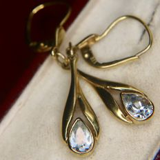 About 1950 gold earrings in antique stale with pear-shaped natural Aquamarines with moving bottom part approx. 0.60Ct total.