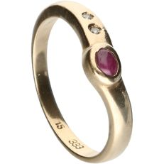 8 kt, below legal gold grade - Yellow gold ring set with ruby and two octagon/brilliant cut diamonds, approx. 0.01 ct in total - Ring size: 16.5 mm