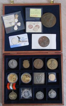 The Netherlands/abroad - lot with seventeen differing coins and medals in a medal box
