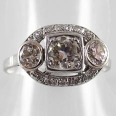 14 kt White gold Art Deco ring with three old cut diamonds and ten octagon cut diamonds, 1.00 ct in total.