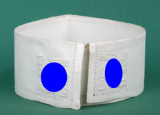 "Distinct German ""rigid"" collar white with swastika (44.5 cm) Maison de bonneterie the Hague Ca. 1941-1944"