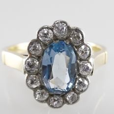 18 kt yellow gold ring with 1.00 ct blue topaz and 0.60 ct Bolshevik cut diamonds, 3.4 grams, ring size 54 (17.25 mm)
