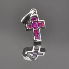18kt White gold chain (41 cm) and cross pendant set with rubies of 1 ct (approx), with Cartier snap lock.