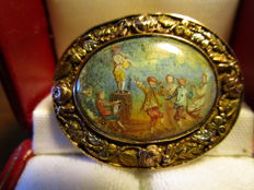 Gold brooch from the 18th century with a small 'village scene'