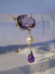Art Nouveau necklace with amethyst in oval cut and Akoya pearl as well as facetted amethyst droplets 15.5ct in total.