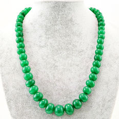 Emerald necklace with 18 kt (750/1000) gold Clasp, length 50cm.