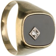 8 kt, below legal gold grade - Yellow gold signet ring set with black onyx and zirconia - Ring size: 19.25 mm