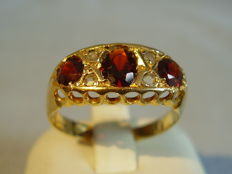 Victorian 18 ct rose gold ring with 3 garnets (1.2 ct) and 4 diamond roses (0.12 ct)