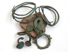 La Tène period, 2 bronze hair decoration, 2 earrings, 3 pendant amulets, - 38 - 42 mm,  17-25mm,  19-30mm (7)