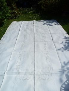 Very rare and very large tablecloth in linen and embroidered with silk handmade, property of a French aristocrat, made for her wedding and 12 towels