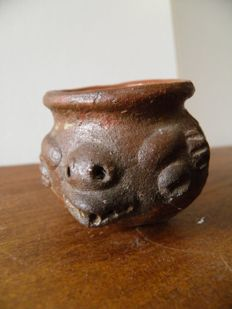 Small pre-Colombian pot decorated with the head of a turtle in high relief - diameter 4.5 cm.