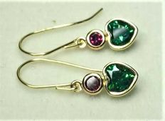 14 kt heart earrings with 2.5 ct green chrome diopside and garnets, length:  2.2 cm, width 0.6 cm