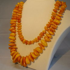 Long vintage natural corn-yellow amber necklace, 112 g