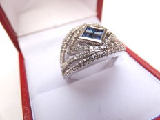 Wonderful, 18 karat white gold women's ring set with 0.65 carat of  brilliant cut diamonds and centrally with 4 carré cut sapphires, Europe, 2nd half 20th century