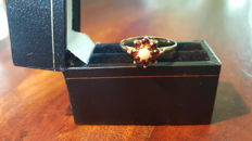 Yellow-gold entourage ring, set with natural burgundy garnets and opal **no reserve price**