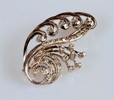 Branch-shaped brooch with 18 kt white gold spirals covered in diamonds