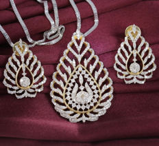 IGI Certified leaf shape Large pendant Necklace with large chandelier earrings with diamonds 3.21 ct.
