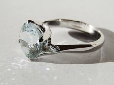 Solitary ring in 18 kt white gold with a 2.66 ct aquamarine - Diameter: 16 mm