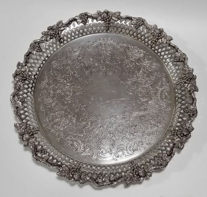 A silver plated Towle serving tray with grapes- and grape vine decoration, Handels