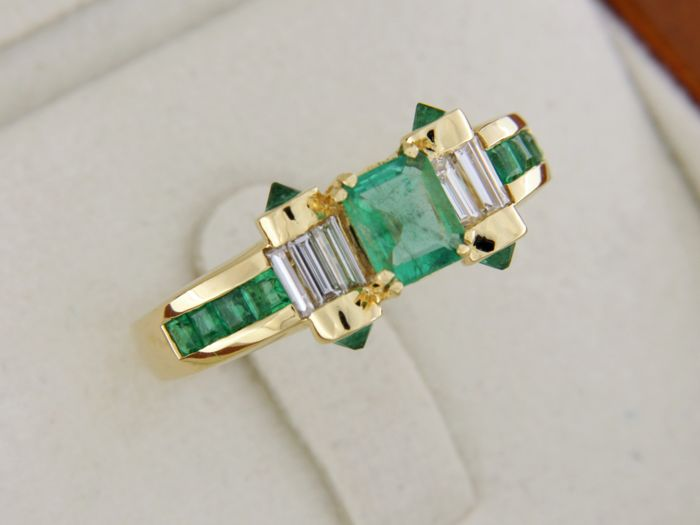 18 kt GOLD jewellery ring + Emerald + Diamonds - Ring size: 56