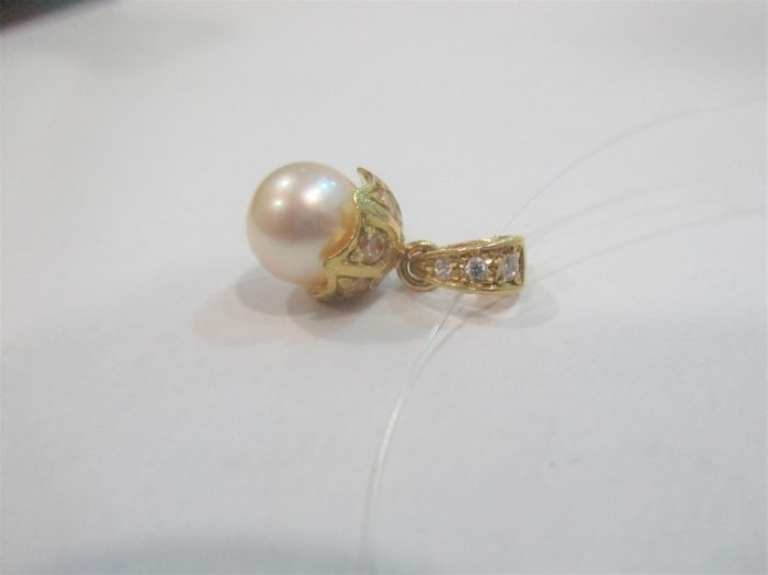 Gold pendant with beautiful saltwater pearl