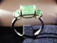 18 kt white gold ring with emeralds totalling 2.67 ct, measuring 16.5 mm, No Reserve Price