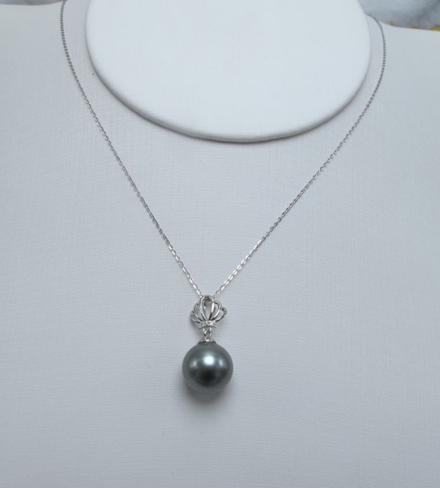Tahitian black pearls, diamonds, seawater 18K gold necklace. Pearl diameter: 10.7 mm * no reserve price *