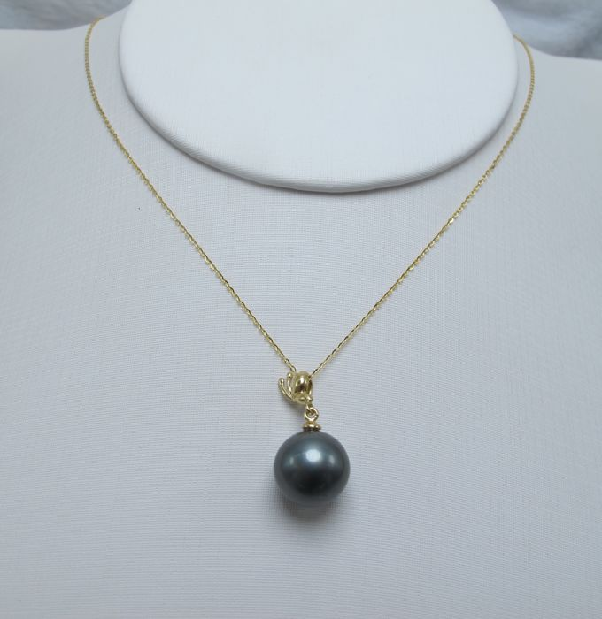 South Sea, Black Pearl 18K gold necklace. Pearl diameter: 10.4 mm.