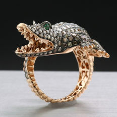 High-carat crocodile ring with brilliants and tsavorites 3.68ct in total in 750 rose gold