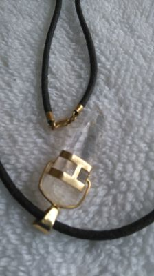 Leather necklace with brooch in 18 kt gold and pendant in natural quartz with 18 kt gold latching