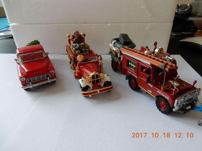 Matchbox Christmas 1996 Specials - Scale approx. 1/45 - Lot with 5 models: YSC 02-M The Christmas 1955 Chevy 3100 pick-up and the YSC 03-M Matchbox Holiday Fire Engine 1932 Ford AA with Santa and the YYM 36400  Rescue Vehicle Land Rover 1952 with trailer