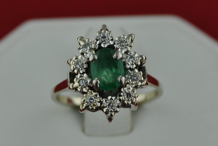 Oval cut Emerald (0.89ct) & Diamond (+/-0.15ct) set on 18kt White Gold Ring,  Size 50/51 *Re-sizable