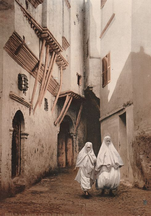 Photochrom Zürich (PZ) - Veiled women in a street in the Casbah of Algiers, Algeria